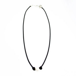 single pearl balck necklace